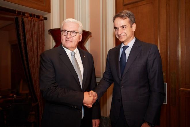 Ο πρόεδρος της Νέας Δημοκρατίας Κυριάκος Μητσοτάκης (Δ)  ανταλλάσει χειραψία με  τον Πρόεδρο της Ομοσπονδιακής Δημοκρατίας της Γερμανίας Φράνκ Βάλτερ Σταϊνμάιερ (Α) (Frank Walter Steinmeier), κατά τη διάρκεια της συνάντησής τους, την Πέμπτη 11 Οκτωβρίου 2018. Ο Πρόεδρος της Ομοσπονδιακής Δημοκρατίας της Γερμανίας Φράνκ Βάλτερ Σταϊνμάιερ με τη σύζυγό του Έλκε Μπουντενμπέντερ, πραγματοποιεί επίσημη επίσκεψη στην Ελλάδα, ύστερα από πρόσκληση του Προέδρου της Δημοκρατίας Προκόπη Παυλόπουλου.    ΑΠΕ-ΜΠΕ/ΓΡΑΦΕΙΟ ΤΥΠΟΥ ΝΔ/ΔΗΜΗΤΡΗΣ  ΠΑΠΑΜΗΤΣΟΣ