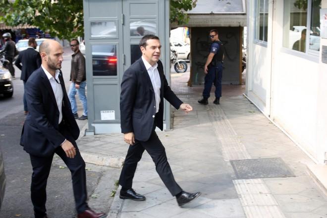O πρωθυπουργός Αλέξης Τσίπρας (Δ) φτάνει στα γραφεία του ΣΥΡΙΖΑ για τη συνεδρίαση της Πολιτικής Γραμματείας του κόμματος, την Πέμπτη 11 Οκτωβρίου 2018. ΑΠΕ-ΜΠΕ/ΑΠΕ-ΜΠΕ/Αλέξανδρος Μπελτές