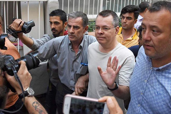 Ελεύθερος μετά από 2 χρόνια κράτησης στην Τουρκία ο Αμερικανός πάστορας Άντριου Μπράνσον