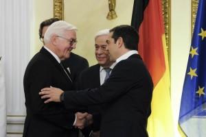 (Ξένη Δημοσίευση) Ο Πρόεδρος της Δημοκρατίας Προκόπης Παυλόπουλος (Κ), ο Πρόεδρος της Ομοσπονδιακής Δημοκρατίας της Γερμανίας Φράνκ Βάλτερ Σταϊνμάιερ (Frank Walter Steinmeier) (Α), και ο πρωθυπουργός Αλέξης Τσίπρας (Δ) συνομιλούν κατά τη διάρκεια επίσημου δείπνου στο Προεδρικό Μέγαρο, Πέμπτη 11 Οκτωβρίου 2018. Ο Πρόεδρος της Ομοσπονδιακής Δημοκρατίας της Γερμανίας Φράνκ Βάλτερ Σταϊνμάιερ με τη σύζυγό του Έλκε Μπουντενμπέντερ, πραγματοποιεί επίσημη επίσκεψη στην Ελλάδα, ύστερα από πρόσκληση του Προέδρου της Δημοκρατίας Προκόπη Παυλοπούλου. ΑΠΕ-ΜΠΕ/ΓΡΑΦΕΙΟ ΤΥΠΟΥ ΠΡΩΘΥΠΟΥΡΓΟΥ/Andrea Bonetti
