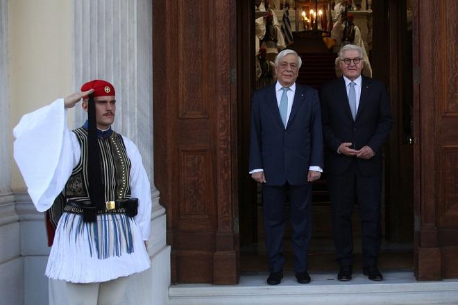 O Πρόεδρος της Δημοκρατίας Προκόπης Παυλόπουλος υποδέχεται τον Γερμανό ομόλογό του Frank Walter Steinmeier στο Προεδρικό Μέγαρο, Πέμπτη 11 Οκτωβρίου 2018. Ο Γερμανός πρόεδρος πραγματοποεί διήμερη επίσημη επίκεψη στην Ελλάδα. ΑΠΕ-ΜΠΕ/ΑΠΕ-ΜΠΕ/Αλέξανδρος Μπελτές