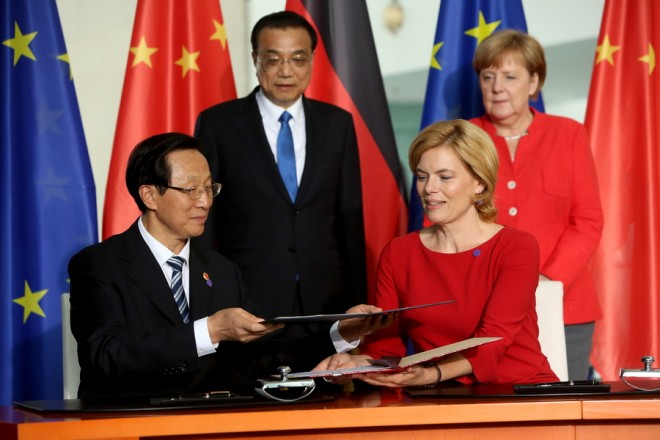 epa06875902 German Chancellor Angela Merkel (clockwise from top R), German Federal Agriculture Minister Julia Kloeckner, Han Changfu, representative of China's federal Agriculture ministry, and Chinese Premier Li Keqiang attend a signing ceremony of various business agreements at the Chancellery in Berlin, Germany, 09 July 2018. The main topic of the intergovernmental consultations will be the deepening of German-Chinese cooperation with a special focus on questions of economic exchange.  EPA/ADAM BERRY