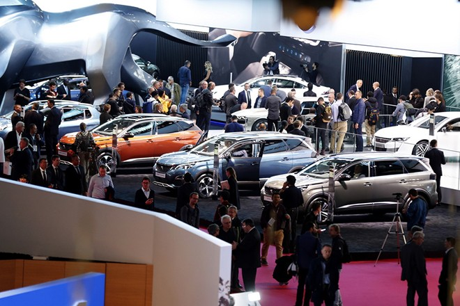 epa07064301 Visitors attend the Paris Motor Show 'Mondial de l'Automobile' in Paris, France, 02 October 2018. The Paris Motor Show, which takes place every two years, runs from 04 to 14 October 2018 with international car makers presenting their latest models and studies.  EPA/IAN LANGSDON