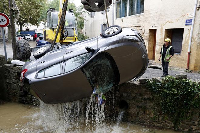 Δέκα νεκροί από τις πλημμύρες στη Γαλλία – Αναβολή στον κυβερνητικό ανασχηματισμό