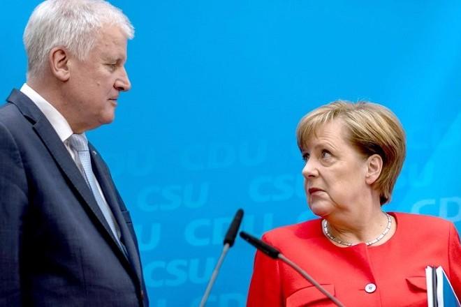 """Bundeskanzlerin und CDU-Bundesvorsitzende Angela Merkel steht neben dem CSU Vorsitzenden Horst Seehofer am 03.07.2017 in Berlin bei der Pressekonferenz zur Vorstellung des Wahlprogramms. Die Parteien haben in einer gemeinsamen Vorstandssitzung ihr Programm zur Bundestagswahl 2017 unter dem Motto """"Für ein Dutschland, in dem wir gut und gerne leben. Regierungsprogramm 2017 - 2021 beschlossen. Foto: Michael Kappeler/dpa +++(c) dpa - Bildfunk+++"""