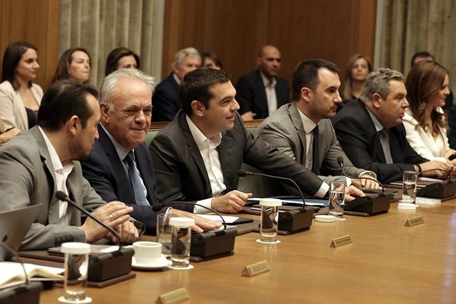 Ο πρωθυπουργός Αλέξης Τσίπρας (Κ) προεδρεύει δίπλα στον αντιπρόεδρο της κυβέρνησης Γιάννη Δραγασάκη (2Α), στον υπουργό Ψηφιακής Πολιτικής, Τηλεπικοινωνιών και Ενημέρωσης Νίκο Παππά (Α), στον υπουργό Εθνικής Άμυνας Πάνο Καμμένο (Δ) και στον υπουργό Εσωτερικών Αλέξανδρο Χαρίτση (2Δ) στη συνεδρίαση του Υπουργικού Συμβουλίου στη Βουλή, Αθήνα, Τρίτη 16 Οκτωβρίου 2018. ΑΠΕ-ΜΠΕ/ΑΠΕ-ΜΠΕ/ΣΥΜΕΛΑ ΠΑΝΤΖΑΡΤΖΗ