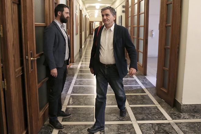 Ο υπουργός Οικονομικών Ευκλελιδης Τσακαλώτος  προσέρχεται στη συνεδρίαση του Υπουργικού Συμβουλίου υπό την προεδρεία του πρωθυπουργού Αλέξη Τσίπρα στη Βουλή,  Αθήνα, Τρίτη 16 Οκτωβρίου 2018. ΑΠΕ-ΜΠΕ/ΑΠΕ-ΜΠΕ/ΣΥΜΕΛΑ ΠΑΝΤΖΑΡΤΖΗ