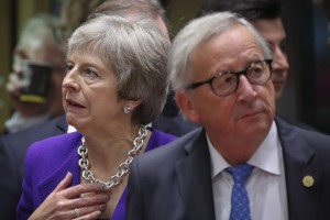 epa07101559 British Prime Minister Theresa May (L) and European commission President Jean-Claude Juncker at the start of the European Council summit in Brussels, Belgium, 18 October 2018.  The European Council will focus on migration and internal security and also It will be followed by the Euro Summit in an inclusive format.  EPA/OLIVIER HOSLET