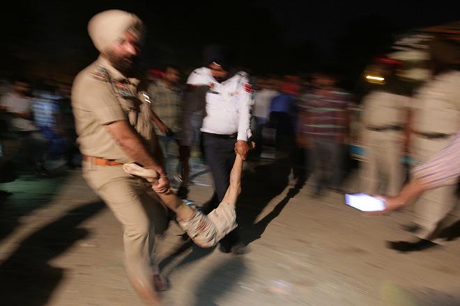 Τρένο έπεσε πάνω σε πλήθος στην Ινδία – Δεκάδες νεκροί
