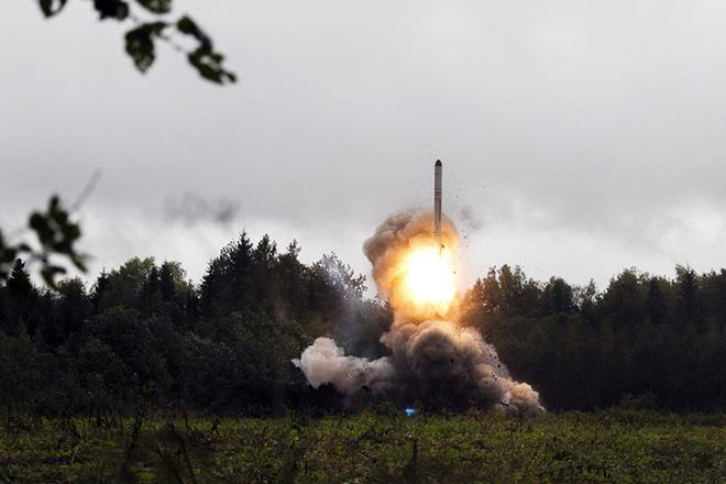 Τη μονομερή αποχώρηση των ΗΠΑ από τη συνθήκη για τα πυρηνικά με τη Ρωσία ανακοίνωσε ο Τραμπ
