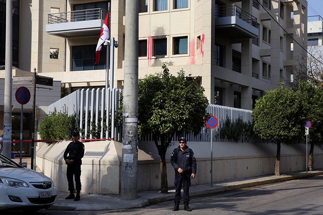 """Αστυνομικοί έχουν αποκλείσει το κτήριο της πρεσβείας του Καναδά στο Χαλάνδρι, μετά από επίθεση που δέχτηκε τα ξημερώματα από ομάδα δέκα ατόμων οι οποίοι οι οποίοι, σύμφωνα με την Αστυνομία, έσπασαν τζαμαρίες με βαριοπούλες και πέταξαν μπογιές, Αθήνα, Κυριακή 21 Οκτωβρίου 2018. Η συλλογικότητα """"Ρουβίκωνας"""" με ανάρτησή της σε ιστοσελίδα του αντιεξουσιαστικού χώρου, πριν από λίγο, ανέλαβε την ευθύνη για την επίθεση στην πρεσβεία του Καναδά. ΑΠΕ-ΜΠΕ/ ΑΠΕ-ΜΠΕ/ ΣΥΜΕΛΑ ΠΑΝΤΖΑΡΤΖΗ"""