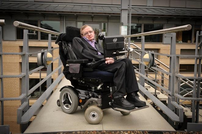 Σε δημοπρασία η πρώτη ηλεκτρική αναπηρική καρέκλα του Στίβεν Χόκινγκ