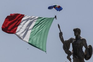 epa06779732 An Italian parachutist descends with a huge Italian flag towards Rome on occasion of the celebration for Italy's Republic Day, 02 June 2018. The anniversary marks the founding of the Italian Republic in 1946.  EPA/FABIO FRUSTACI