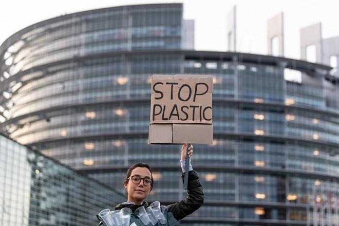 Το Ευρωπαϊκό Κοινοβούλιο επικύρωσε την κατάργηση των πλαστικών μίας χρήσης στην ΕΕ από το 2021