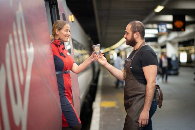 Θέλετε να βοηθήσετε τους άστεγους: Πάρτε το τρένο και πιείτε έναν καφέ