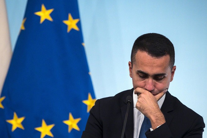 epa07107807 Italian vice Premier Luigi Di Maio during a press conference at Chigi's Palace, Rome, 20 October 2018.  EPA/ANGELO CARCONI JAPAN OUT EDITORIAL USE ONLY/  NO ARCHIVES