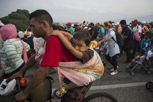 epa07125193 Thousands of Central-Americans continue their journey to the United States, in Arriaga, Chiapas, Mexico, 27 October 2018. Many of the seven thousand migrants who joined the migration caravan which left Honduras on 13 October have demanded asylum in Mexico.  EPA/Luis Villalobos