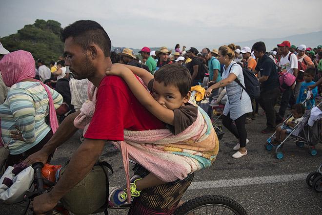 Χιλιάδες στρατιώτες ετοιμάζεται να παρατάξει ο Τραμπ για να σταματήσει το «καραβάνι» των μετανατών