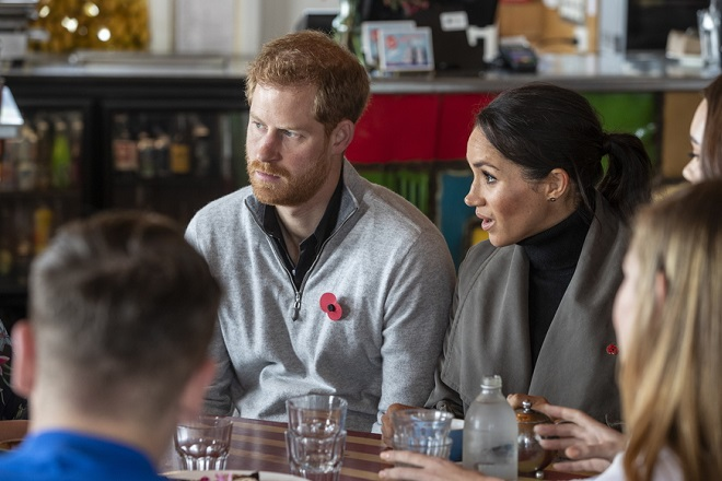 epa07128982 Prince Harry and Meghan, Duke and Duchess of Sussex are seen during a meeting with representatives of mental health projects at Maranui Cafe in Wellington, New Zealand, 29 October 2018. The Duke and Duchess of Sussex are on a three-week tour of Australia, New Zealand, Tonga, and Fiji.  EPA/MARK MITCHELL / POOL AUSTRALIA AND NEW ZEALAND OUT