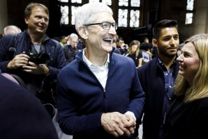 epa07131705 Apple CEO Tim Cook is seen during an Apple hands-on event in One Hanson Place following a presentation at the Howard Gilman Opera House at the Brooklyn Academy of Music in Brooklyn, New York, USA, 30 October 2018. The event follows soon after a major Apple iPhone product launch in September 2018.  EPA/JUSTIN LANE