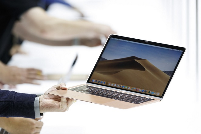 epa07131758 The new MacBook Air on display during an Apple hands-on event in One Hanson Place following a presentation at the Howard Gilman Opera House at the Brooklyn Academy of Music in Brooklyn, New York, USA, 30 October 2018. The event follows soon after a major Apple iPhone product launch in September 2018.  EPA/JUSTIN LANE