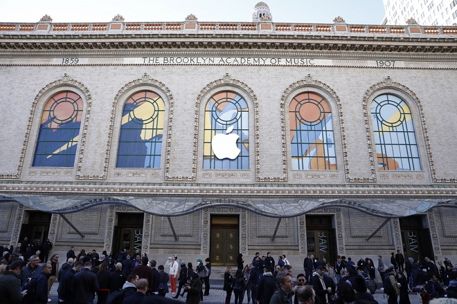 epa07131129 Media begin to gather outside the Howard Gilman Opera House at the Brooklyn Academy of Music before the start of an Apple event in New York, New York, USA, 30 October 2018. The event follows soon after a major Apple iPhone product launch in September 2018.  EPA/JUSTIN LANE