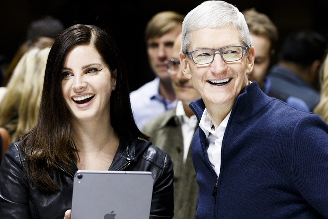 epa07131746 Apple CEO Tim Cook (R) and US singer Lana Del Rey (C) look at a new iPad Pro during an Apple hands-on event in One Hanson Place following a presentation at the Howard Gilman Opera House at the Brooklyn Academy of Music in  Brooklyn, New York, USA, 30 October 2018. The event follows soon after a major Apple iPhone product launch in September 2018.  EPA/JUSTIN LANE
