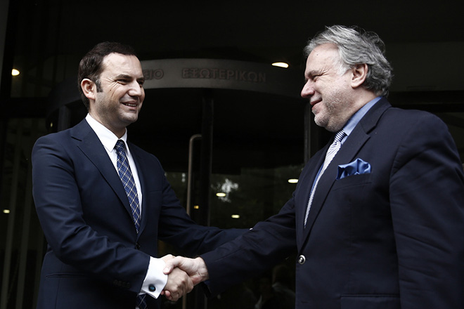 O αναπληρωτής υπουργός Εξωτερικών Γιώργος Κατρούγκαλος (Δ) αποχαιρετά τον αναπληρωτή πρωθυπουργό της ΠΓΔΜ Μπουγιάρ Οσμάνι (Α) μετά τη συνάντησή τους στο Υπουργείο Εξωτερικών, Πέμπτη 1 Νοεμβρίου 2018. Η επίσκεψη του Οσμάνι στην Αθήνα και η συνάντησή του με τον Γ. Κατρούγκαλο πραγματοποιείται με την ευκαιρία της αεροπορικής σύνδεσης Αθήνας-Σκοπίων. Μετά τη συνάντηση στο υπουργείο Εξωτερικών, ο αναπληρωτής υπουργός Εξωτερικών θα συνοδεύσει τον αναπληρωτή πρωθυπουργό της γείτονας χώρας στο αεροδρόμιο της Αθήνας, όπου θα αναχωρήσει με την πρώτη πτήση που πραγματοποιείται από Αθήνα για τα Σκόπια. ΑΠΕ-ΜΠΕ/ ΑΠΕ-ΜΠΕ/ ΑΛΕΞΑΝΔΡΟΣ ΒΛΑΧΟΣ