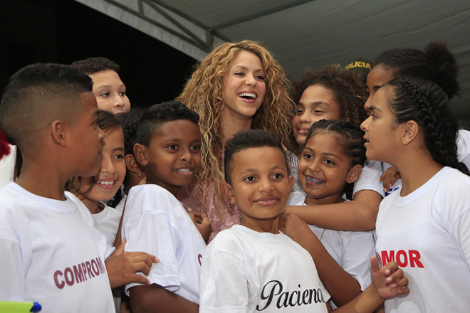 epa07138055 Colombian singer Shakira (C) attends to children during the inauguration of the work of her new school in the El Bosque, Barranquilla, Colombia, 02 November 2018. Shakira began the works of what will be the new school of the Pies Descalzos Foundation in the El Bosque.  EPA/RICARDO MALDONADO ROZO