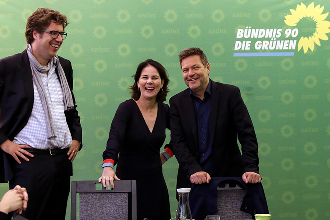 epa07128751 The German Greens party (Die Gruenen) co-leader Annalena Baerbock (C), the Alliance 90/The Greens (Buendnis 90/Die Gruenen) party co-chairman Robert Habeck (R) and the party's federal manager Michael Kellner (L) attend the weekly federal board meeting of the Green party in Berlin, Germany, 29 October 2018. The Greens obtained almost 20 per cent of the votes in parliamentary elections German state of Hesse yesterday, doubling their rate form the last elections.  EPA/FELIPE TRUEBA