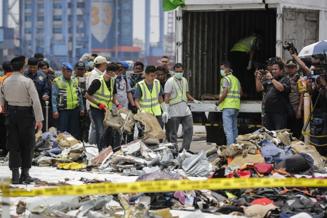 epa07136197 Indonesian rescuers load recovered debris of Lion Air flight JT610 onto a truck for investigation by the National Transportation Safety Committee at Tanjung Priok port in Jakarta, Indonesia, 02 November 2018. Lion Air flight JT-610 lost contact with air traffic controllers soon after takeoff then crashed into the sea on 29 October. The flight was en route to Pangkal Pinang, and reportedly had 189 people onboard.  EPA/MAST IRHAM