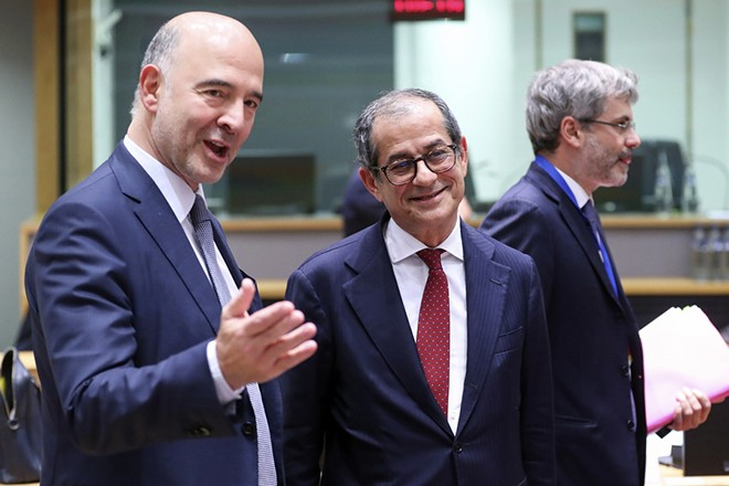epa07142920 European Commissioner for Economic and Financial Affairs and Taxation Pierre Moscovici (L) and Italian Minister of Economy and Finance, Giovanni Tria (R) during Eurogroup Finance Ministers' meeting in Brussels, Belgium, 05 November 2018.  EPA/OLIVIER HOSLET