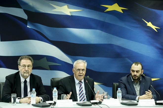 Ο αντιπρόεδρος της Κυβέρνησης και υπουργός Οικονομίας και Ανάπτυξης, Γιάννης Δραγασάκης (Κ) μιλάει δίπλα στον υφυπουργό Στάθη Γιαννακίδη (Δ) και στον αναπληρωτή υπουργό Βιομηχανίας, Στέργιο Πιτσιόρλα (Α), στην συνέντευξη τύπου, για την Αναπτυξιακή Στρατηγική και τις Δράσεις του ΥΠ.ΟΙ.ΑΝ για την Βιώσιμη και Δίκαιη Ανάπτυξη, στο υπουργείο, Αθήνα, Τρίτη 6 Νοεμβρίου 2018. ΑΠΕ-ΜΠΕ/ΑΠΕ-ΜΠΕ/ΓΙΑΝΝΗΣ ΚΟΛΕΣΙΔΗΣ