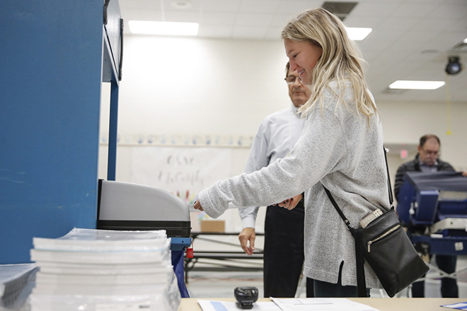 epa07145012 A voter cast her ballot during the midterm elections at the Riley Elementary School in Arlington Heights, Illinois, USA, 06 November 2018. All 435 members of the House of Representatives, 35 seats in the 100-member Senate and 36 out of 50 state governors are up for re-election.  EPA/KAMIL KRZACZYNSKI