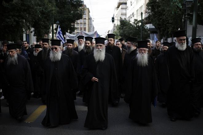 Κληρικοί παίρνουν μέρος σε συγκέντρωση διαμαρτυρίας στα προπύλαια του πανεπιστημίου Αθηνών, ενάντια στο μάθημα των νέων θρησκευτικών, Αθήνα Κυριακή 4 Μαρτίου 2018 . ΑΠΕ-ΜΠΕ/ΑΠΕ-ΜΠΕ/ΓΙΑΝΝΗΣ ΚΟΛΕΣΙΔΗΣ
