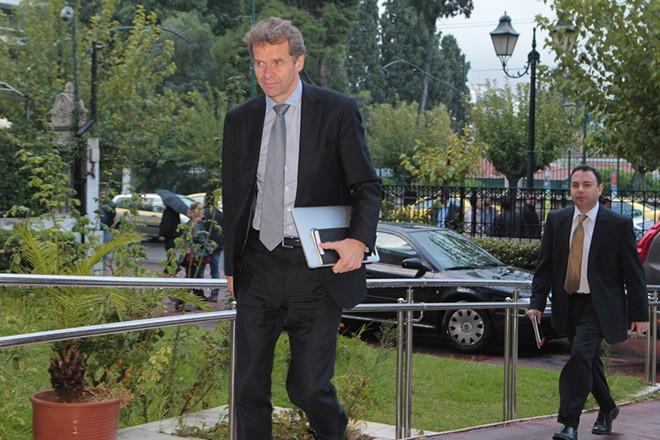 Ο Πουλ Τόμσεν (Α) και ο Ρίσι Γκογιάλ (Δ) από το ΔΝΤ φθάνουν στο Υπουργείο Διοικητικής Μεταρρύθμισης για τη συνάντησή της τρόικας ΕΕ, ΔΝΤ, ΕΚΤ, με τον υπουργό Διοικητικής Μεταρρύθμισης Κυριάκο Μητσοτάκη, Τετάρτη 20 Νοεμβρίου 2013. ΑΠΕ-ΜΠΕ/ΑΠΕ-ΜΠΕ/Παντελής Σαίτας