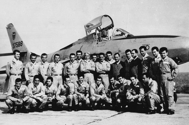 Μάιος 1964: Αναμνηστική φωτογραφία, ως διοικητής, με τους χειριστές της 110 ΠΜ Λάρισας, πριν φύγει στις ΗΠΑ ως αεροπορικός ακόλουθος της ελληνικής πρεσβείας.