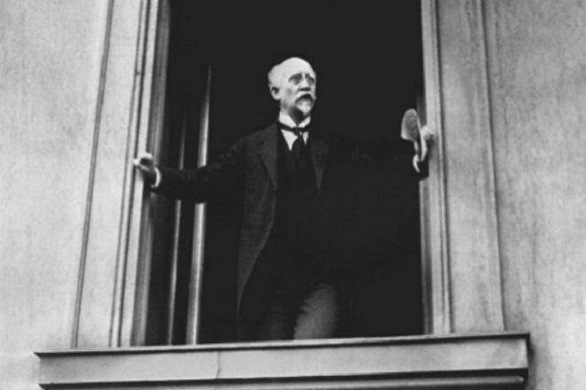 A photograph of Philipp Scheidemann leaning out of a window of the Reichstag DPA