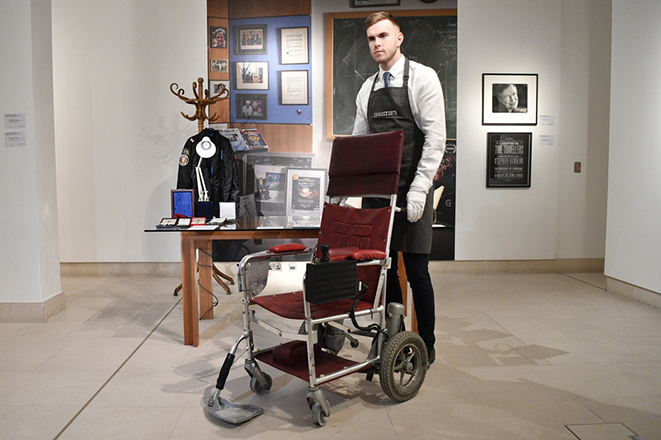 epaselect epa07130916 A gallery assistant views a motorised wheelchair owned by Professor Stephen Hawking from1988 during a preview for the Sale On the Shoulders of Giants at Christies Auction House in London, Britain, 30 October 2018.The sale include a number of personal items from the estate of Professor Stephen Hawking and the money from the sale will be offered for the Stephen Hawking Foundation and the Motor Neurone Disease Association.  EPA/NEIL HALL