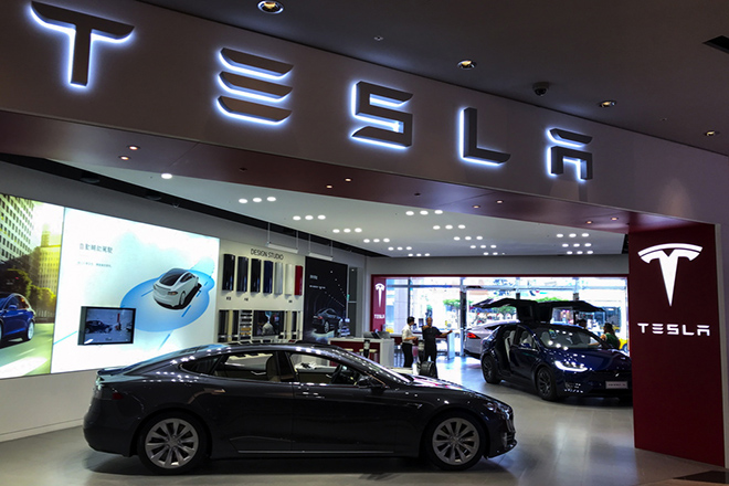 epa06976040 People view Tesla cars at a Tesla showroom center in Taipei, Taiwan, 27 August 2018. Tweets by Tesla CEO Elon Musk that he is considering taking the company private on 07 August 2018, may launch a US Securities and Exchange Commission (SEC) investigation into possible market manipulation.  EPA/RITCHIE B. TONGO