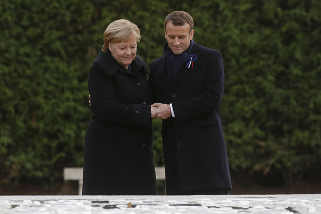 epa07156035 French President Emmanuel Macron and German Chancellor Angela Merkel hold hands after unveiling a plaque in the Clairiere of Rethondes during a commemoration ceremony for Armistice Day, 100 years after the end of the First World War, in Compiegne, France, 10 November 2018.  EPA/PHILIPPE WOJAZER / POOL MAXPPP OUT
