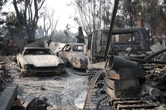 Σκηνικό κόλασης στην Καλιφόρνια: Τουλάχιστον 25 νεκροί από τις ανεξέλεγκτες φονικές πυρκαγιές