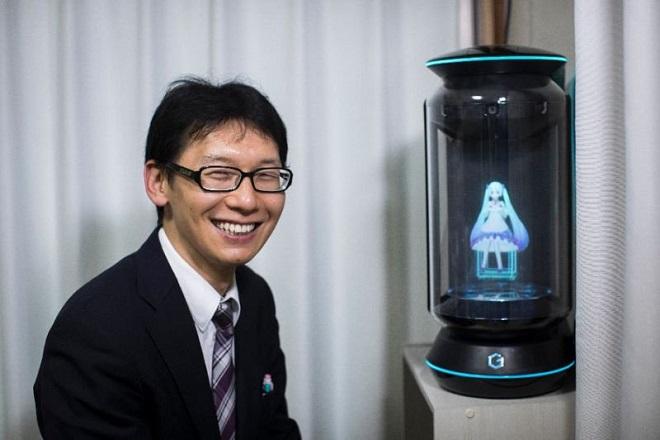 Αυτός ο 35χρονος Ιάπωνας ξόδεψε 15.000 ευρώ για να παντρευτεί εικονική τραγουδίστρια
