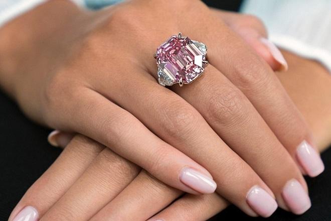 Στο «σφυρί» το σπάνιο διαμάντι Pink Legacy