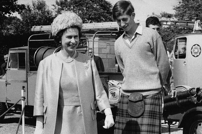 ELGIN, ROYAUME-UNI - 25 JUILLET: La Reine Elizabeth et le Prince Charles, vetu de la traditionnelle chemisette a col ouvert, le pull-over gris et le vieux kilt de chasse des Stuart, apres leur visite a l'ecole de Gordonstoun, le 25 juillet 1967 a Elgin, Royaume-Uni.  (Photo by Keystone-FranceGamma-Rapho via Getty Images)