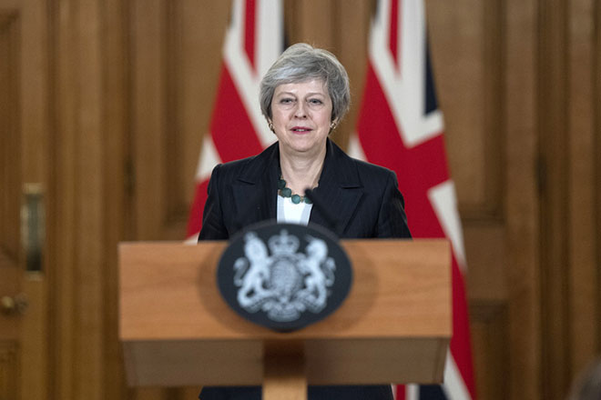 epa07167689 British Prime Prime Theresa May, delivers a statement during a news conference inside number 10 Downing Street in London, Britain, 15 November 2018. Reports state that  Brexit Secretary Dominic Raab resigned, May is fighting for her political life as a growing revolt from within her own party threatens to derail her Brexit plans and force Britain out of the European Union with no deal.  EPA/DAVID LEVENSON / POOL