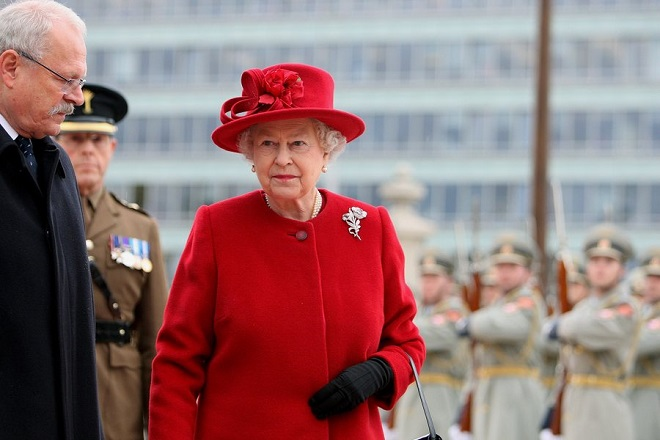 epa01528661 Queen Elisabeth II (C) of Britain and President of Slovakia Ivan Gasparevic (L) during the welcome ceremony in Bratislava, Slovakia, 23 October 2008. The British royal couple are on a two-day visit to Slovakia. It is the first time a British monarch has visited the former communist country.  EPA/SRDJAN SUKI