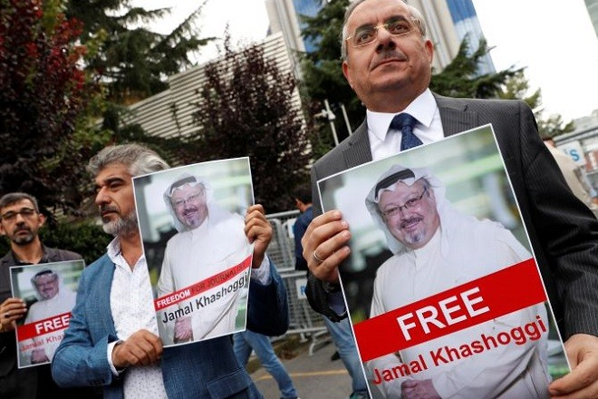 Human rights activists and friends of Saudi journalist Jamal Khashoggi hold his pictures during a protest outside the Saudi Consulate in Istanbul, Turkey October 8, 2018. REUTERS/Murad Sezer - RC1E12753350