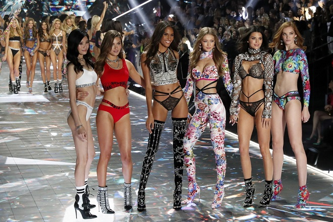 epa07153725 Victoria's Secret Angels pose on the runway during the 2018 Victoria's Secret fashion show at Pier 94 in New York, New York, USA, 08 November 2018.  EPA/JASON SZENES