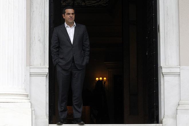 Ο πρωθυπουργός Αλέξης Τσίπρας αναμένει να υποδεχθεί τον πρώην Πρόεδρο της Γαλλίας Φρανσουά Ολάντ (δεν εικονίζεται), κατά τη διάρκεια της συνάντηση τους στο Μέγαρο Μαξίμου, Παρασκευή 16 Νοεμβρίου 2018. ΑΠΕ-ΜΠΕ/ΑΠΕ-ΜΠΕ/ΑΛΕΞΑΝΔΡΟΣ ΒΛΑΧΟΣ